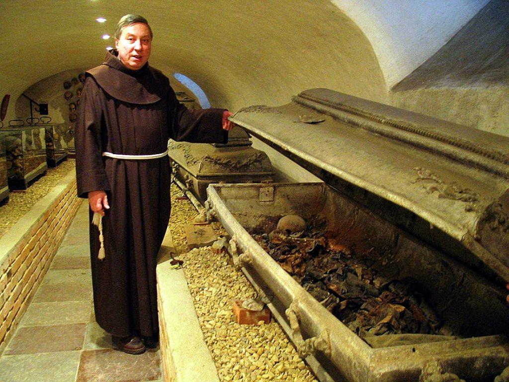 krypta pod kościołem we Wschowie