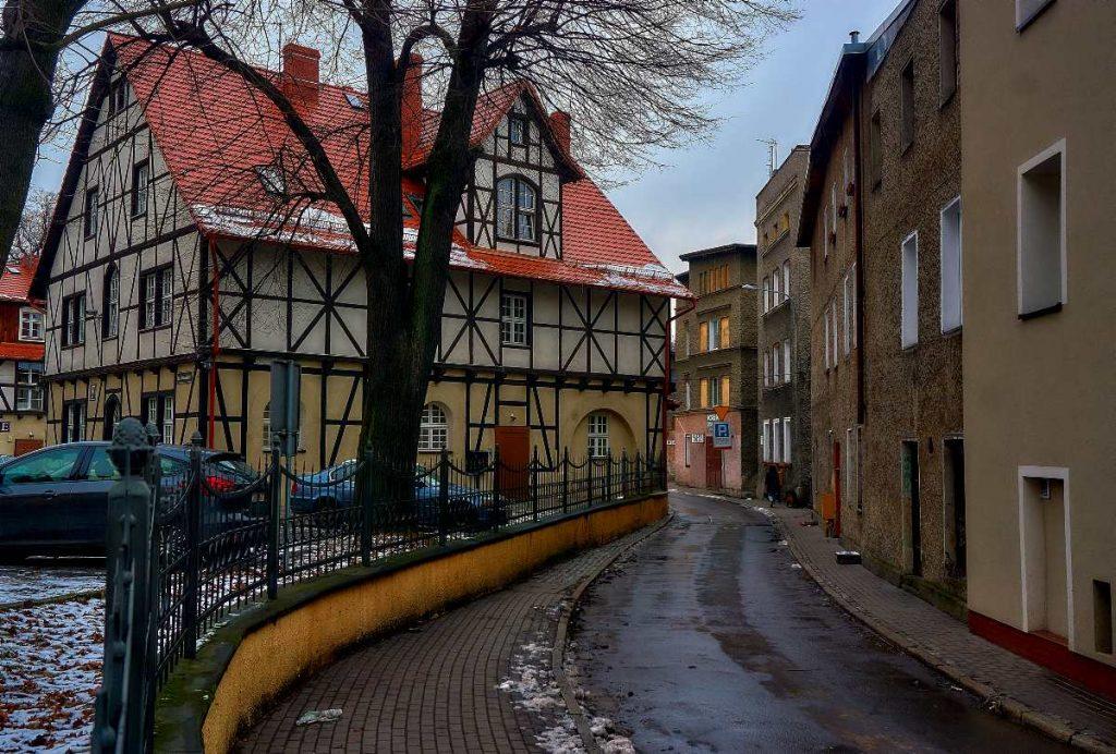 wąskie uliczki w Wałbrzychu